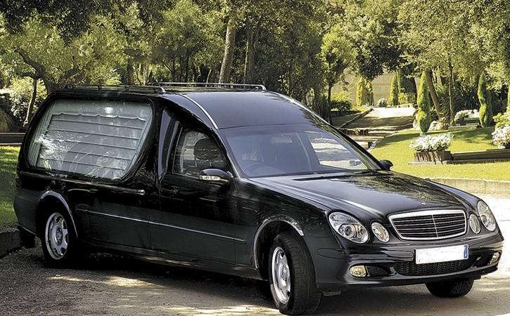 carroza fúnebre color negro