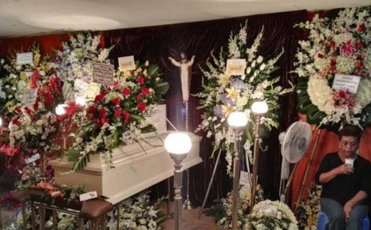 velorio de difunto con diferentes servicios funerarios: ataud, capilla ardiente y arreglos florales.